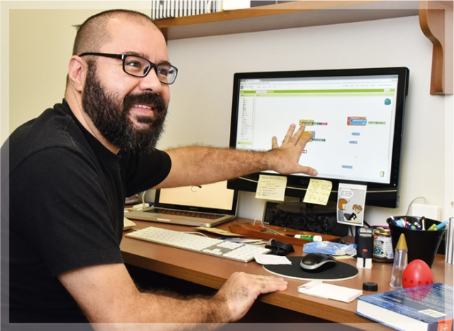 Prof. Eduardo Valle showing the MIT App Inventor. Photo: Antoninho Perri adapted from Jornal da Unicamp N. 653, 2016